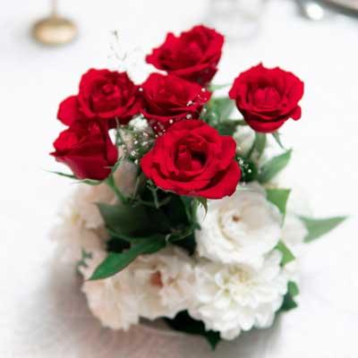 Centro de rosas rojas y blancas