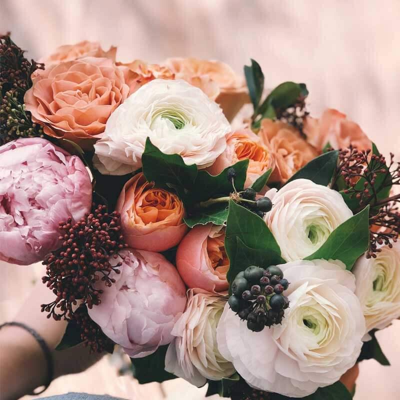 Regala ramo de flores peonías